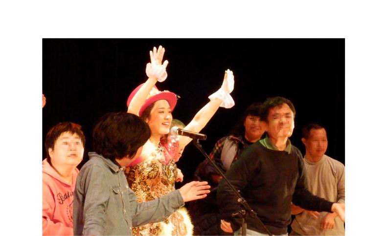 障害者施設イベント 懐メロ歌手が出張 歌ダンス