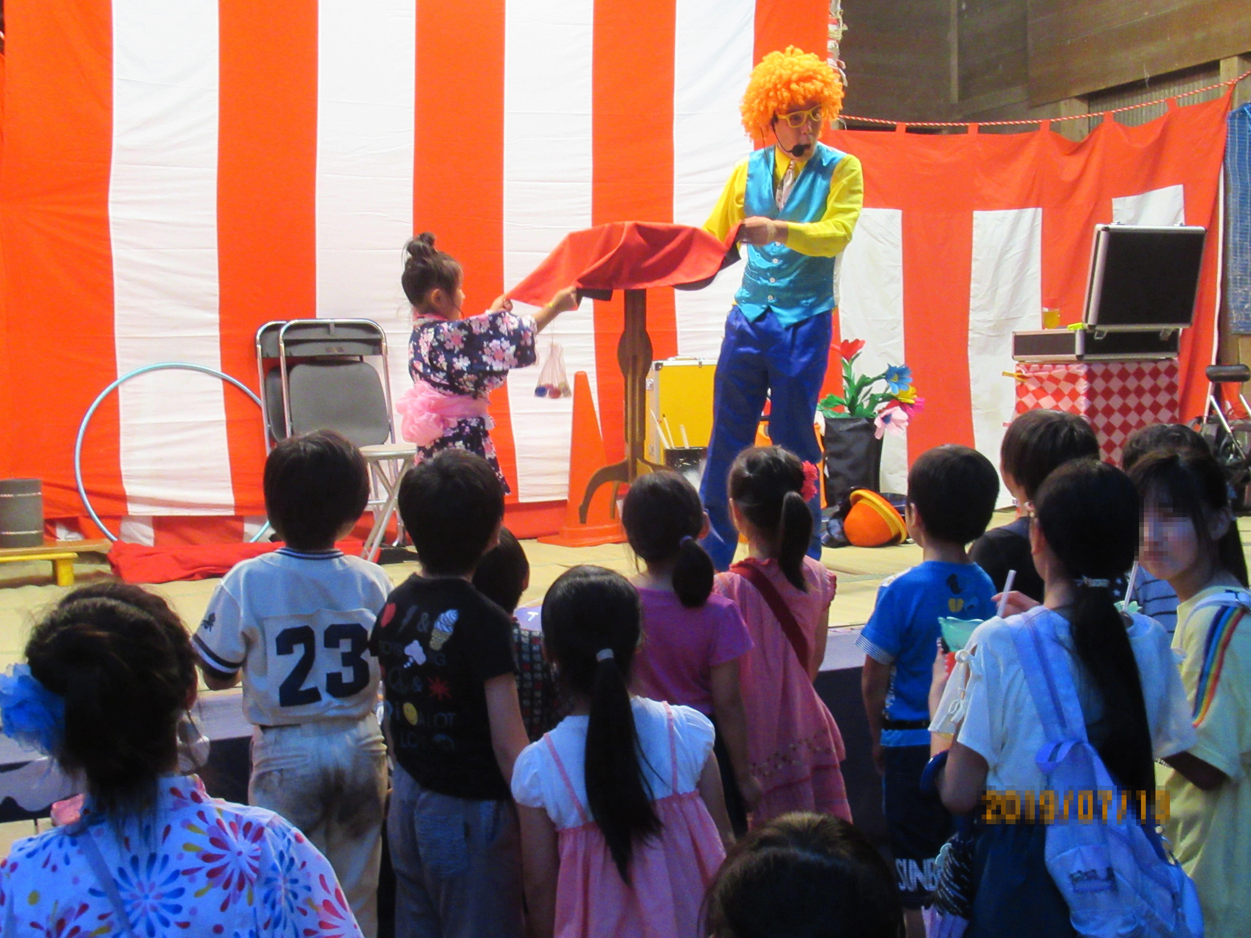 ピエロ 大道芸人 マジック 子供に人気 タレント